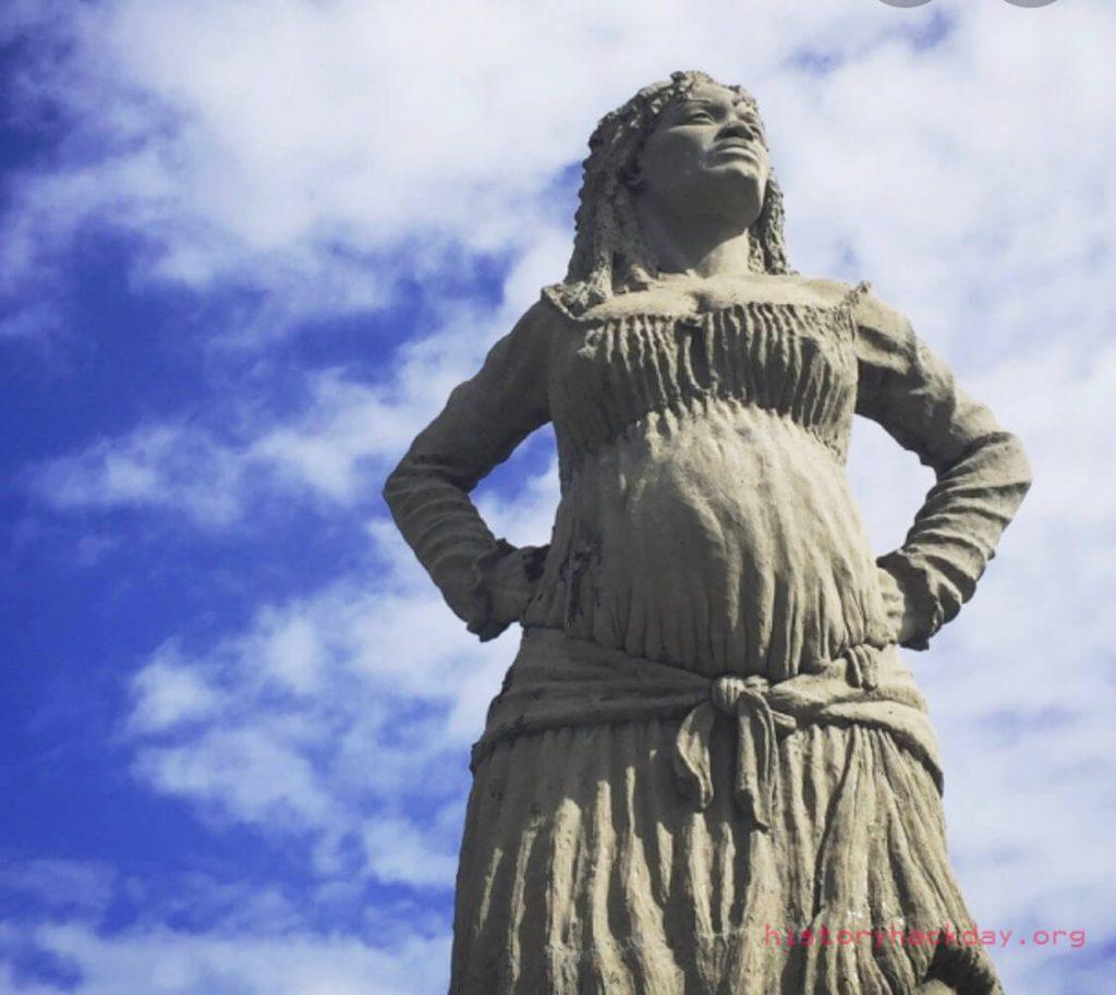 รูปปั้นวีรสตรี ต่อต้านการเป็นทาสของคนผิวดำ สร้างขึ้นในสวนปารีสตั้งอยู่โดยสันโดษ กลายเป็นสัญญาลักษณ์ของการต่อต้านทาสในกวาเดอลูป