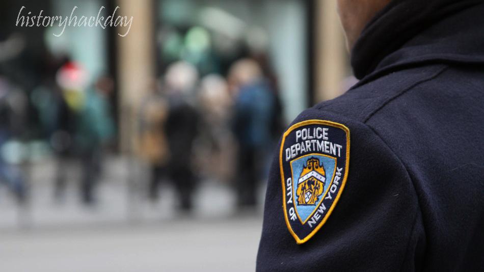เจ้าหน้าที่ NYPD กล่าวหาว่าทำหน้าที่เป็นตัวแทนที่ผิดกฎหมายของรัฐบาลจีนเจ้าหน้าที่ตำรวจของนิวยอร์กที่ก้าวขึ้นสู่ตำแหน่งของกรมถูกกล่าวหาว่า