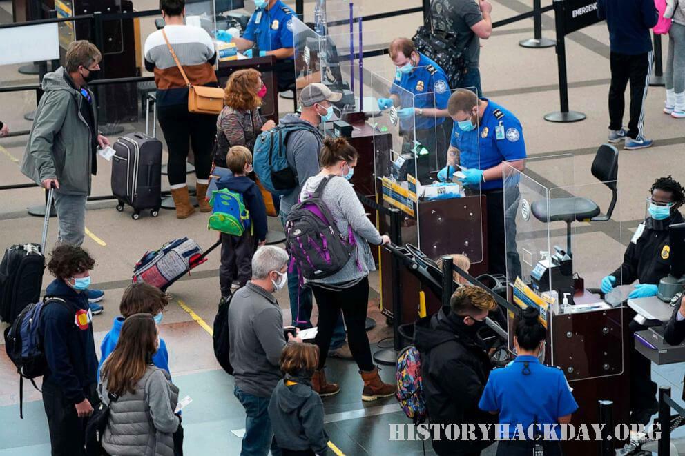 แม้จะมีคำเตือนของ CDC แต่ผู้คนนับล้านก็บินในช่วงวันหยุด การฉาย TSA ลดลง 500 ล้านในปี 2020 จากปีก่อนหน้าแม้จะมีนักท่องเที่ยวเพิ่มขึ้นในช่วง