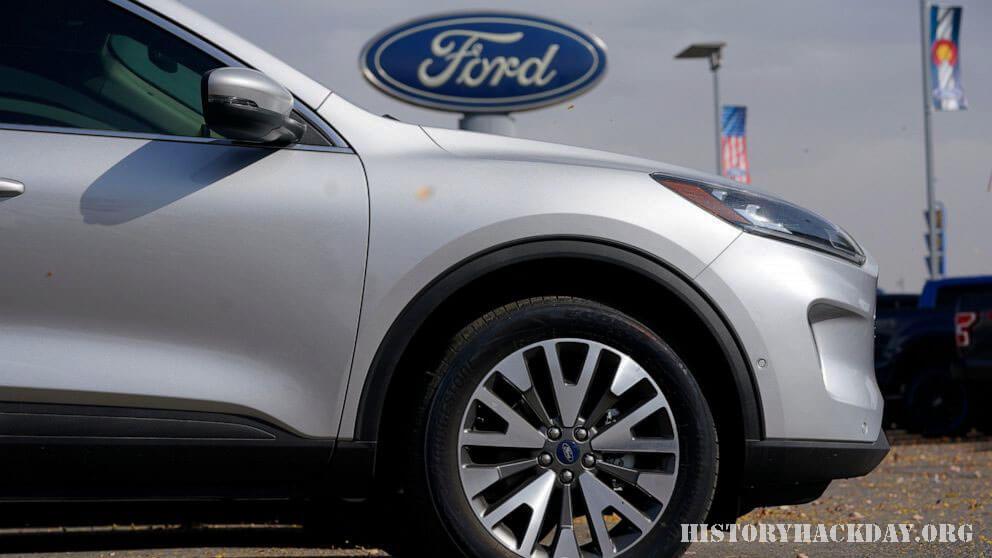 การขาดแคลนเซมิคอนดักเตอร์ ทำให้การผลิตรถยนต์ลดลง ปัญหาการขาดแคลนเซมิคอนดักเตอร์ทั่วโลกสำหรับชิ้นส่วนยานยนต์ที่เพิ่มขึ้นทำให้ บริษัท รถยนต์