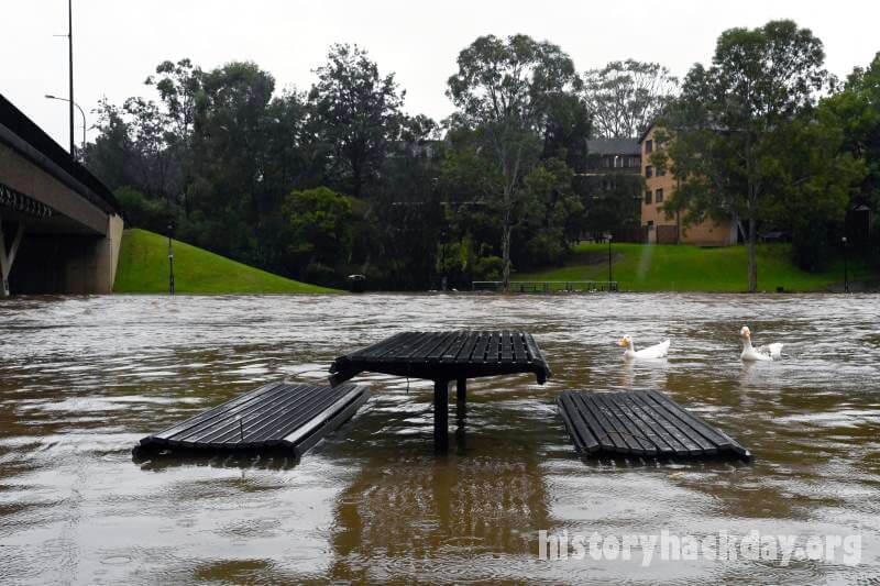 เมืองหลายสิบแห่ง ที่แยกจากน้ำท่วมในรัฐออสเตรเลีย ประชาชนหลายร้อยคนได้รับการช่วยเหลือจากอุทกภัยที่ทำให้เมืองหลายสิบแห่งในรัฐนิวเซาท์เวลส์