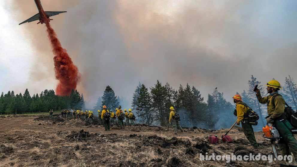 นักผจญเพลิงหลายพันคนต่อสู้กับไฟลุกโชนทั่วตะวันตก กองทัพนักผจญเพลิงทำงานในสภาพอากาศที่ร้อน แห้งแล้ง และมีลมแรงในวันอังคารเพื่อควบคุมไฟ