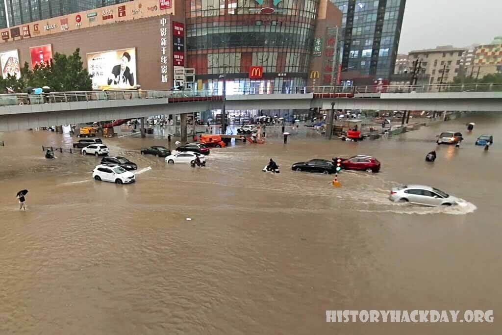 ยอดผู้เสียชีวิตเพิ่มขึ้นสามเท่าเป็นกว่า 300 ราย จากเหตุอุทกภัยในจีนครั้งล่าสุด มีผู้เสียชีวิตมากกว่า 300 รายจากน้ำท่วมเมื่อเร็วๆ นี้ในภาคกลาง