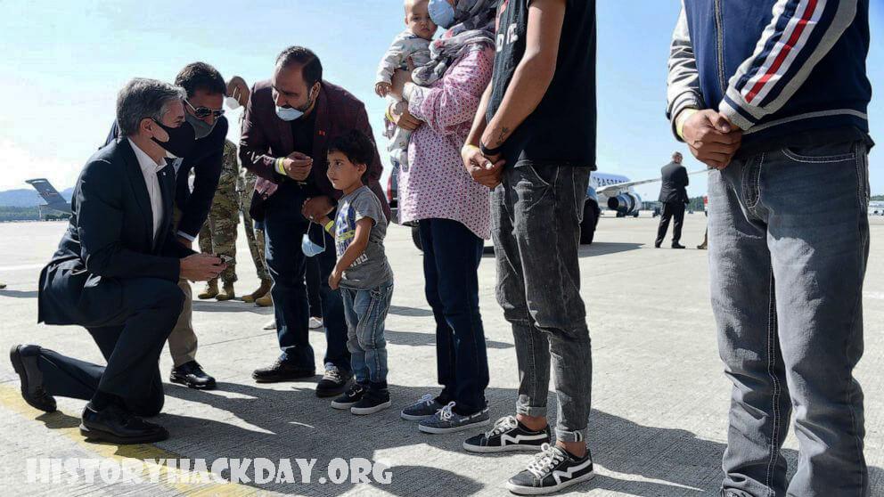 Blinken พบกับเด็กอัฟกันที่เดินทางโดยลำพัง ที่ฐานทัพอากาศ Ramstein เด็กหญิงชาวอัฟกันวัย 8 ขวบ ซึ่งอาศัยอยู่ที่ฐานทัพอากาศ Ramstein
